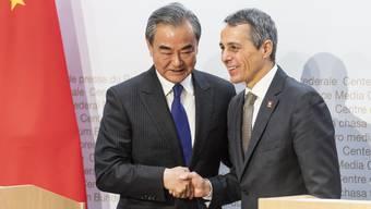 Beim Besuch des chinesischen Aussenministers im Oktober 2019 in Bern herrschte noch Minne. Freundlich schüttelten sich Wang Yi und Bundesrat Ignazio Cassis die Hände.