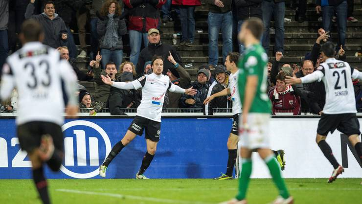 Linus Hallenius, Mitte, vom FC Aarau erzielt das späte Ausgleichstor und jubelt.