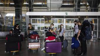Die ersten Gäste treffen am Flughafen Madrid ein: Spanien hofft auf Sommertourismus.