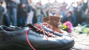 Schuhe und Blumen zum Gedenken an das Attentat auf Rudi Dutschke.