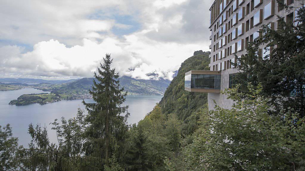 Die Sicht auf das Restaurant mit Aussicht am Bürgenstock Hotel hoch über dem Vierwaldstättersee.