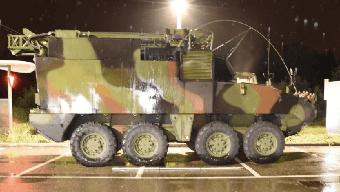Auf der Autobahnraststätte Thurgau Süd kam es zum Crash zwischen einem Kleinwagen und diesem Panzerfahrzeug der Armee.