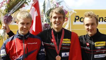 Weltcupsieger Matthias Kyburz (Mitte) mit dem Norweger Olav Lundanes und dem drittplatzierten Schweizer Baptiste Rollier (rechts).