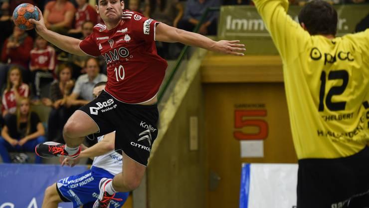 Seppi Zuber (links, Suhr) gegen Goalie Roman Schelbert (rechts, Kriens).