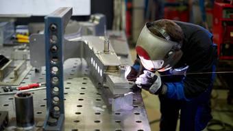Die Industrie kämpft nach wie vor stark mit den Folgen der Coronakrise. Ein Angestellter beim Schweissen.