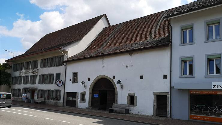 Oben eine Zahnlücke, unten nur noch Fassade: Aus Sicherheitsgründen muss das Dach der Engelscheune in Oberentfelden rückgebaut werden.