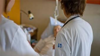 Rund 10 statt 5,5 Tage im Spital:Patienten, die nach dem Austritt in die Reha oder ins Pflegeheim gehen statt direkt nach Hause. Keystone