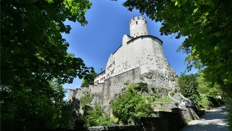 Thront über Oensingen: Das Schloss Neu-Bechburg.