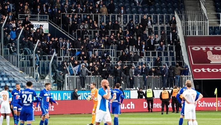 Szenen, die nicht zum Fussball gehören sollten: GC-Fans stürmen von den Rängen.