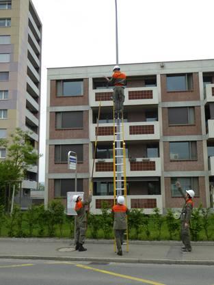Leitungen müssen mindestens 5 Meter über dem rollenden Verkehr verlegt werden.