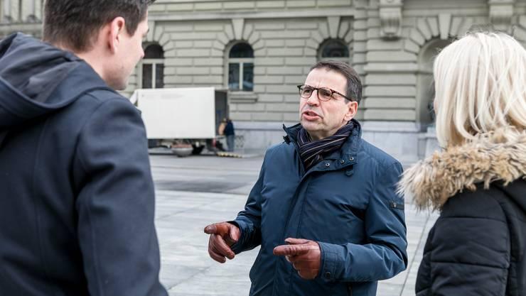 FDP-NR Matthias Jauslin begrüsst die neuen Nationalräte Benjamin Giezendanner (SVP, l.) und Lilian Studer (EVP)