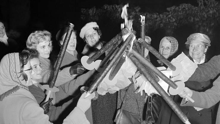 Demonstrantinnen beim Entzünden der Fackeln vor dem Beginn der Kundgebung. Ähnliche Veranstaltungen gab es im Aargau nicht.