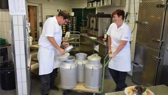 Im Alters- und Pflegeheim Brüggli Dulliken werden am Mittag die Kessi mit Frischwasser aus dem Kühler geholt. Für Chefkoch Peter Richard und Köchin Fränzi Fröhlicher gehört dies momentan zur Routine.