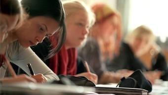 Der Übergang von der Schule ins Berufsleben fällt nicht allen Jugendlichen leicht. Ein Berufsvorbereitungsjahr kann dabei helfen. Keystone