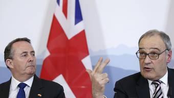 Bereits im Februar 2019 unterzeichnet Wirtschaftsminister Guy Parmelin (rechts) das Handelsabkommens mit seinem britischen Amtskollegen Liam Fox.