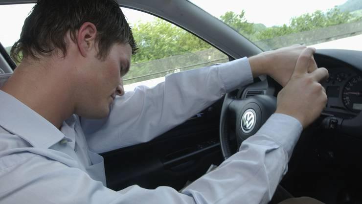Eingenickt: Der Autofahrer sei kurz eingenickt, worauf er von der Fahrbahn abkam.