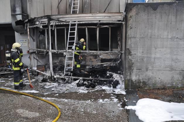 Bettlach SO, 2.September: Im Aussenbereich einer leerstehenden Metallverarbeitungsfirma gerieten Holzpaletten in Brand. Die Polizei sucht Zeugen.