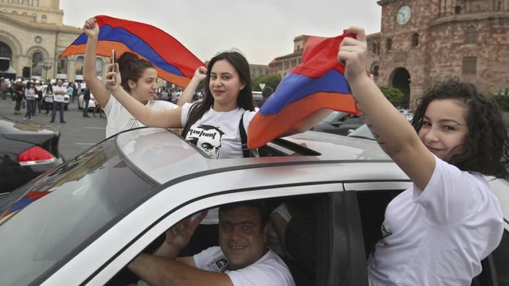 In Feierstimmung: Anhänger des Oppositionsführers Nikol Paschinjan in der armenischen Hauptstadt Eriwan. Paschinjan wurde am Dienstag im zweiten Anlauf zum neuen Regierungschef des Landes gewählt.