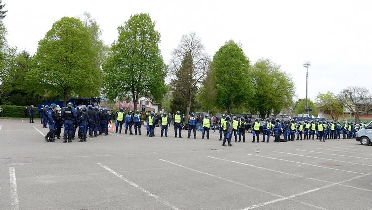Die Polizeikräfte kesselten die Fans des FC Zürich beim Spiel vom Samstag in Aarau auf dem Parkplatz hinter dem Stadion Brügglifeld während mehrerer Stunden ein.