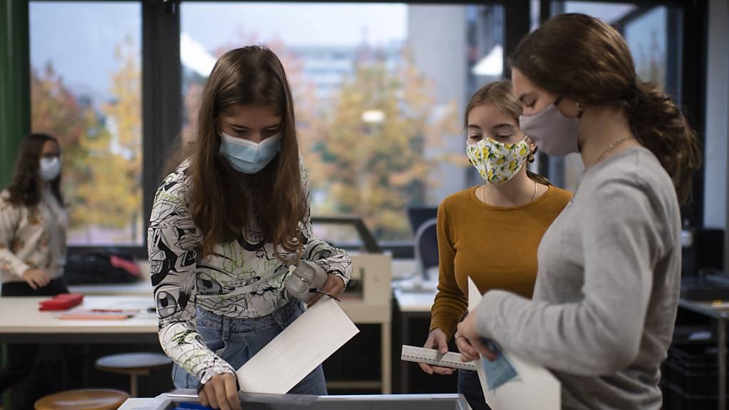 Die Maskenpflicht an den Schulen gilt ab kommender Woche im Kanton Zürich bereits ab der 4. Klasse. (Symbolbild)