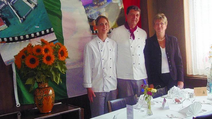 «Bahnhöfli»-Trio: Tochter Sandra hilft René Kunz in der Küche während Ehefrau Norma im Service zum Rechten schaut. (egl)
