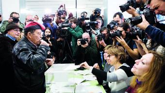 Alle Augen auf den Wähler. Hier trägt er die katalonische Mütze Barretina.
