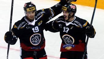Tim Stapleton (links) und Alessandro Chiesa freuen sich über den klaren Sieg gegen Genève-Servette
