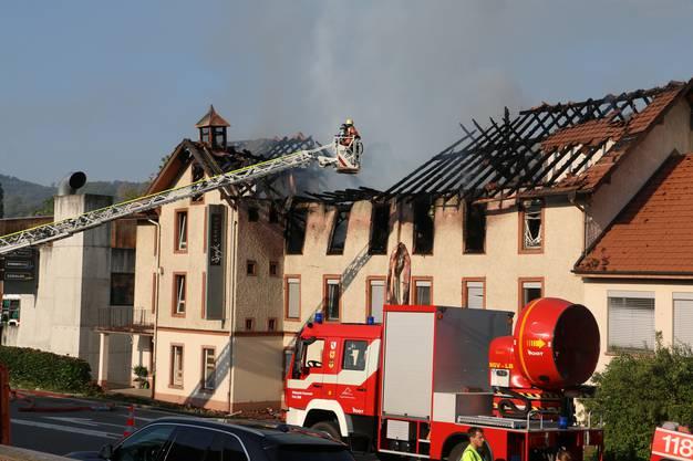 Die Feuerwehr löscht am Montagmorgen einen Brand, der in einem Industriegebäude in Herznach in der Nacht auf Montag ausgebrochen war.