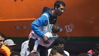 Diese Flüchtlinge wurden von Schiffen privater Organisationen im Mittelmeer geborgen. Europäische Länder würden sie am liebsten zurück nach Libyen zurückbringen - diese Pläne werden von der UNO scharf kritisiert.