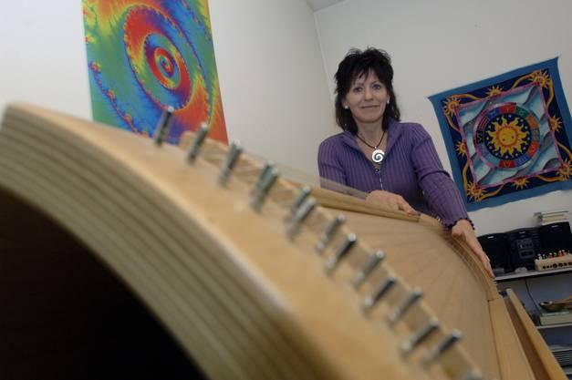 Pia Bucher 2006 hinter ihrem einzigartigen Therapie-Instrument