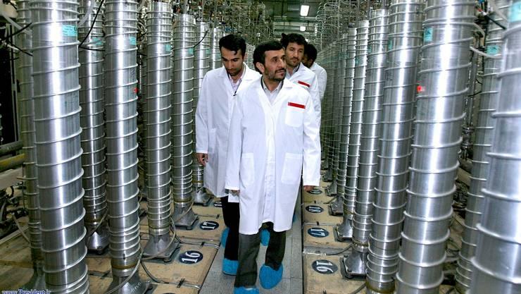 Präsident Achmadineschad besucht 2008 die Atomanlage in Natans. key