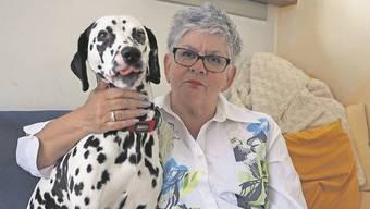 Helene Müller-Balz und Cora sind ein eingespieltes Team. Nur: Die knapp dreijährige Dalmatiner-Hündin hat vor anderen Hunden Angst und schaltet bei Begegnungen oft auf Angriff.