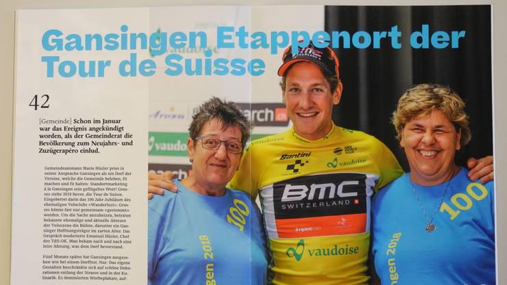 Stefan Küng, der damalige Gesamtleader der Tour de Suisse, posierte nach der Etappenankunft in Gansingen mit zwei Helferinnen.