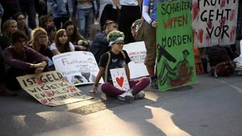Demonstranten protestieren in Bern gegen die Lockerung der Waffenxportgesetze.