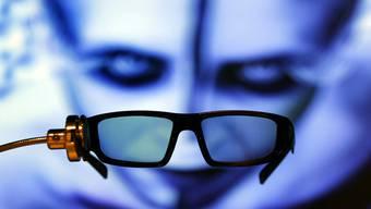 An der IFA in Berlin zu sehen: eine 3D-Brille vor einem 3D-TV-Schirm