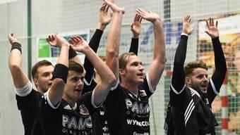 Station Siggenthal, 02.09.2017 Sport, Handball, NLA 2017/2018. TV Endingen - HSC Suhr Aarau. Suhr um Patrick Romann (Mitte) jubelt und macht die Welle. Copyright by: foto-net / Alexander Wagner Handball NLA: TV Endingen - HSC Suhr Aarau