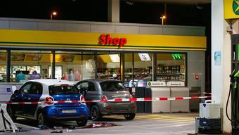 Tatort in Flums: Vor diesem Tankstellenshop attackierte der damals 17-Jährige eine Frau mit einem Beil. Nach der missglückten Flucht konnte der Lette von der Polizei verhaftet werden (Archivbild).