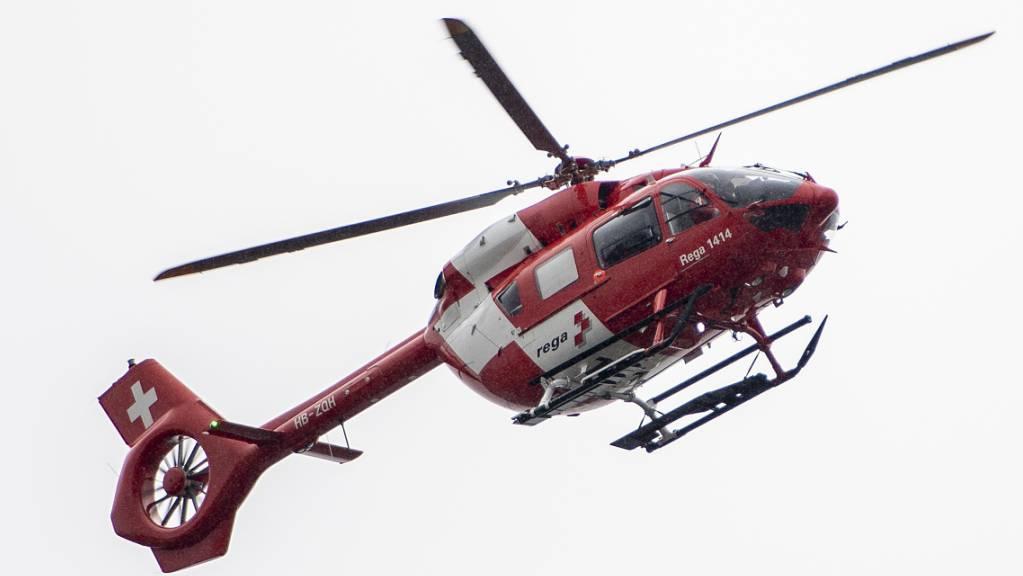 Eine schwer verletzte E-Bike-Fahrerin musste am Mittwoch mit der Rega ins Spital geflogen werden. (Symbolbild)
