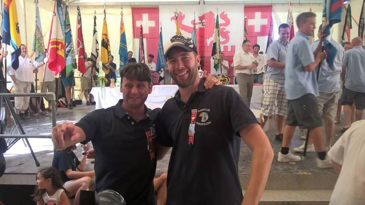 Stefan Wartmann (Links) und Alain Erismann freuen sich über den Kranzgewinn in der Kategorie Aktive