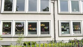 Am kommenden Montag gehen die Schulen wieder auf – vorerst mit Sonder-Stundenplänen und in Halbklassen. Trotz Mehraufwand für Lehrpersonen und Eltern ist die Vorfreude gross.