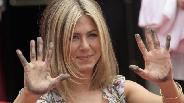Jennifer Aniston zeigt ihre Hände nach der Verewigung im Zement