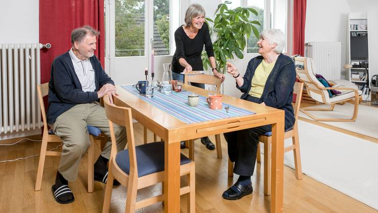 Philipp Herzog und Elisa Bolliger (r.) zu Besuch bei Maya Eichenberger. Besonders die älteren Bewohnerinnen der Wohngenossenschaft Hestia verbringen auch neben den offiziellen Terminen wie Hausessen und Gartentag gern Zeit miteinander.