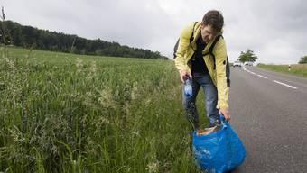 Littering ist für Bauern ein Problem – das zeigte sich auch vor drei Jahren, als die AZ den damaligen Grünen-  Sekretär Gregor Zimmermann auf Abfalltour begleitete.