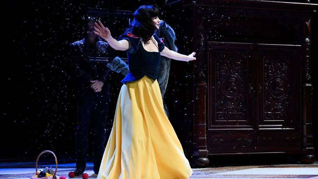 Nicolas Stemann inszeniert für das Schauspielhaus Zürich das Weihnachtsmärchen «Schneewittchen Beauty Queen» nach den Brüdern Grimm. Giorgina Hämmerli spielt die Hauptrolle. Premiere war am 10. November 2019.