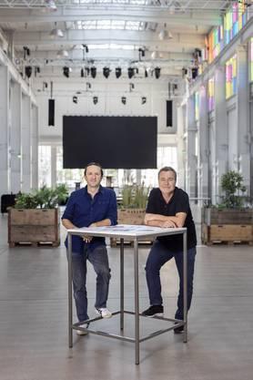 """Silvan Wegmann und Diego Egloff in der Trafo-Halle, wo der """"Bissfest""""-Abend stattfinden wird."""
