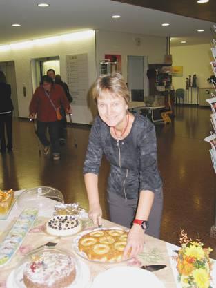 Yvonne Leuthardt beim Kuchenschneiden