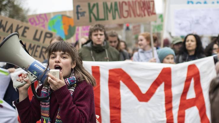 Grosse Mobilisierung auch in Zürich: Junge Frau mit Magaphon an der Klimademo.