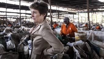 Mitten im Müll: Umweltministerin Simonetta Sommaruga anlässlich ihres Besuchs in einem Recycling-Unternehmen Taka-Taka Solutions in Nairobi. In Kenia gibt es keine öffentliche Abfallentsorgung.
