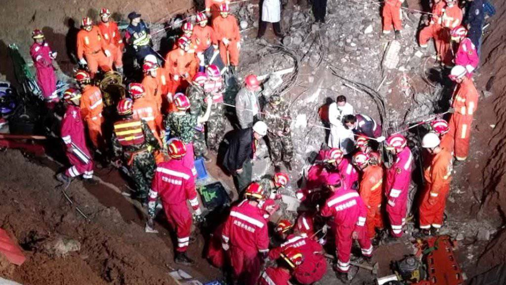 Rettungskräfte bei der Bergung eines Überlebenden: Rund 70 Stunden nach der Schlammlawine in Shenzhen wurden zwei Überlebende geortet. Dutzende gelten weiterhin als vermisst.