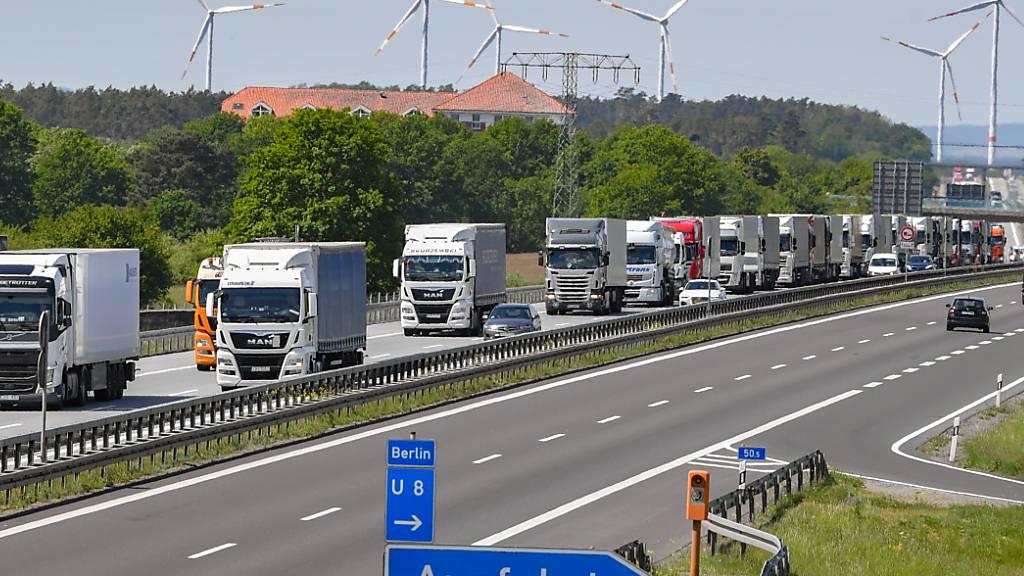 Das EU-Mobilitätspaket soll die Arbeitsbedingungen von LKW-Fahrern verbessern und Wettbewerbsverzerrungen im Transportwesen beenden. Diese Woche stimmt das EU-Parlament in Brüssel darüber ab. (Archiv)